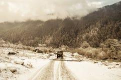 导致通过茂盛植物的神秘的积雪的森林公路,从Sonmarg古尔马尔格斯利那加,帕哈尔加姆,在克什米尔 免版税库存照片