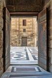 导致阿尔苏丹Al查希尔Barquq清真寺,老开罗,埃及庭院的被打开的门  免版税库存照片
