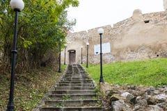 导致鲁佩亚城堡的堡垒墙壁的楼梯路的在Sighisoara和布拉索夫之间在罗马尼亚 免版税库存照片