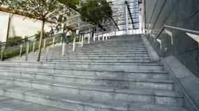 导致Gael Aulenti广场,米兰,意大利的台阶 免版税库存图片