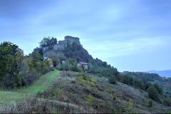 导致Rossena城堡的绿色地毯  免版税库存照片