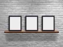 导航三空白的框架的嘲笑在与白色砖墙的木架子 免版税库存图片