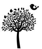导航与叶子和鸟的黑树剪影 免版税库存照片