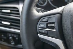 导航在一辆现代汽车,加州的方向盘按 免版税库存照片