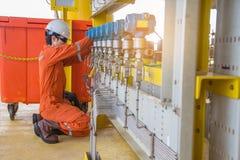 导航在压力传送器的技术员查明故障在油和煤气泉源平台 库存照片