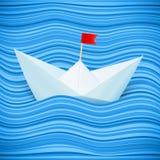 导航在海运蓝色通知的纸小船  库存照片