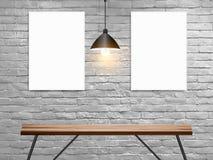 导航在白色砖墙上的假装海报在与木桌的内部 免版税库存图片