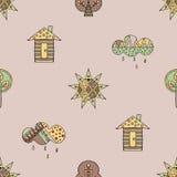 导航手拉的无缝的样式,装饰风格化幼稚房子,树,太阳,云彩 免版税图库摄影