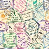 导航旅行例证的无缝的样式与邮票、签证和不同的文件的旅行的 图库摄影