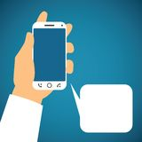 导航智能手机的例证在有讲话泡影的人的手上 向量例证