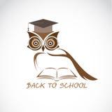 导航猫头鹰玻璃的图象与学院帽子和书的 免版税库存照片