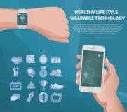 导航聪明的手表和智能手机健身体育概念 便携的技术 屏幕跟踪的app信息 库存图片