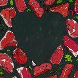 导航肉牛排的心脏在黑板背景的 库存照片