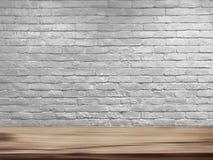 导航自然木桌和减速火箭的白色砖墙背景空的上面  免版税库存照片