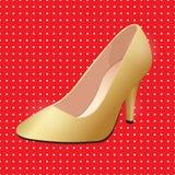 导航鞋子,在高跟鞋钉的妇女` s金经典小船鞋子 免版税库存图片