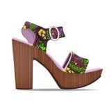 导航鞋子,妇女与花卉图案的` s凉鞋从开放被冠上的和高跟鞋,被隔绝 免版税图库摄影