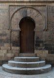 导致一个历史清真寺的尖塔的门在开罗 库存照片