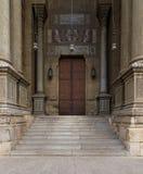 导致一个历史的清真寺的台阶和木门,开罗 库存图片