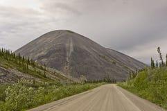 导致一座特别被腐蚀的山的Demster高速公路 免版税库存图片