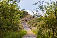 导致北海的木台阶在奥斯坦德,比利时附近靠岸 免版税库存照片