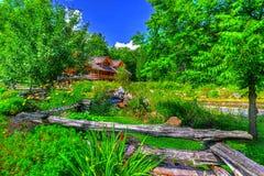 导致原木小屋HDR的木篱芭 免版税库存图片