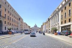 导致圣伯多禄正方形的街道  罗马 免版税库存照片