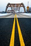 导致复杂现代几何桥梁的车行道黄色车道 库存照片