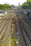导致孟买中央驻地的老生锈的路轨 免版税库存照片