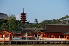 导致宫岛寺庙的橙色柱廊(在广岛地区,日本)在Itsakushima海岛上作为symbo 免版税图库摄影