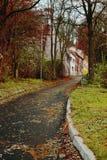 导致对五个老历史房子的道路秋季晚上在捷克共和国的乌斯季nad Labem市 图库摄影