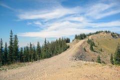导致小山的上面的山行迹 库存图片