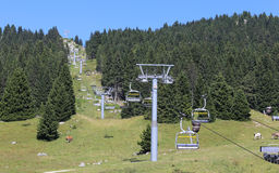 导致山的山顶的升降椅 免版税库存照片