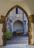 导致庭院的拱道在男修道士 免版税库存照片