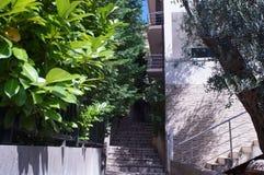 导致房子,沿海城市的一个典型的样式的老台阶 库存照片
