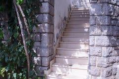 导致房子,沿海城市的一个典型的样式的老台阶 免版税库存图片