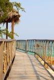 导致木眺望台的美丽的土气码头 免版税图库摄影