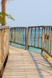 导致木眺望台的美丽的土气码头 免版税库存图片