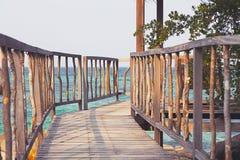 导致木眺望台的美丽的土气码头 库存图片