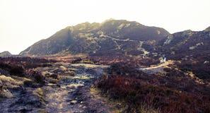 导致本A'An峰会的道路在海湾Katrine, Trossa附近 图库摄影