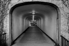 导致楼梯的黑暗的隧道 免版税库存照片