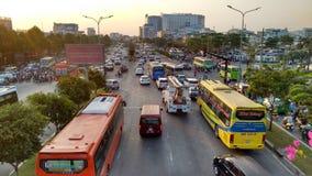 导致每日交通堵塞的密集的交通在胡志明市 免版税库存图片