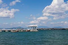 导致海岸地平线的白色木亭子 免版税库存照片