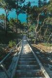 导致海的石楼梯,早晨日出旅行目的地假期概念的 免版税库存照片