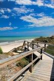 导致海滩的木板走道 免版税库存照片