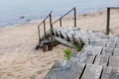 导致海滩的被风化的木台阶从沙丘 库存图片