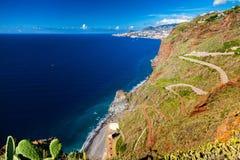 导致海滩Ponta的弯曲道路做Garajau 免版税库存图片