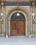 导致清真大寺的庭院的门 库存图片
