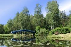 导致湖的一个小海岛的桥梁美丽的景色 HDR图片 免版税图库摄影