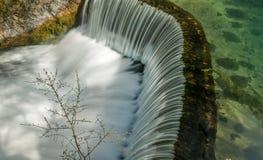 导致瀑布04的半圆水坝 免版税图库摄影