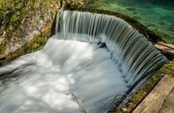 导致瀑布07的半圆水坝 库存图片